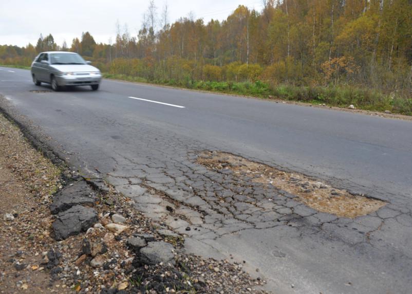 Осенние итоги летнего ямочного ремонта. Почему на дороге в Вяземском районе опять появляются ямы?