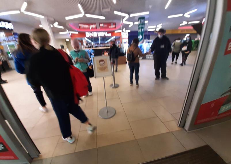 В Смоленской области вступили в силу ограничения на посещение ТЦ. Как они работают на практике?
