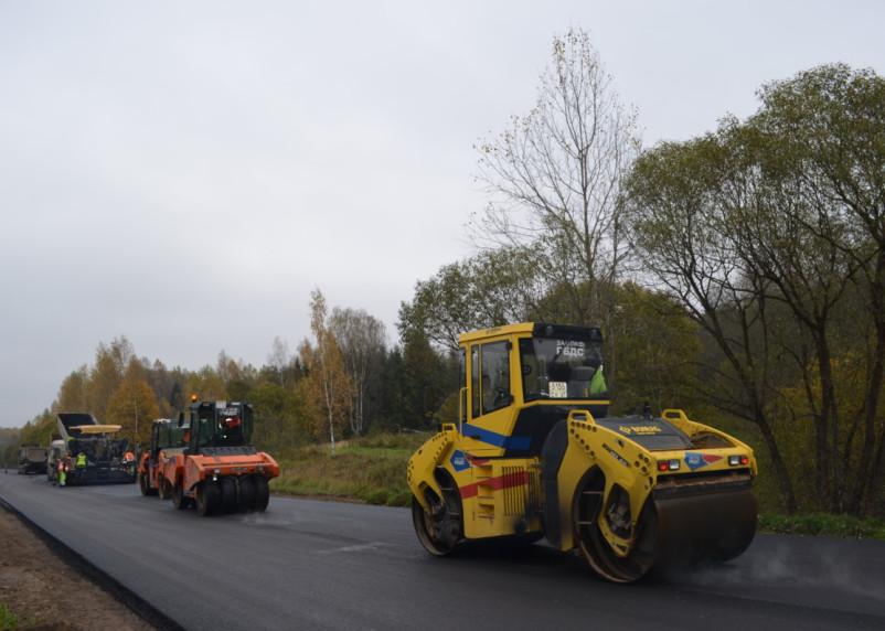 В Смоленской области ремонтируют дорогу, соединяющую два района