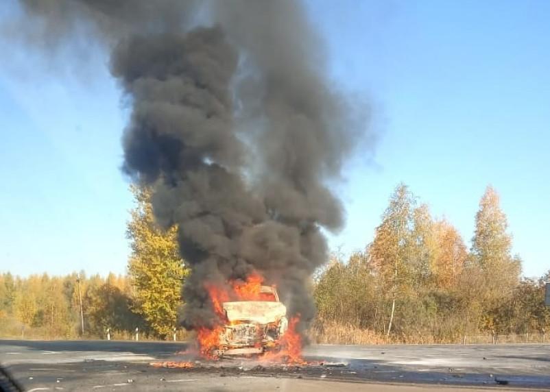 В Смоленском районе загорелось авто. «Адские» кадры попали в Сеть