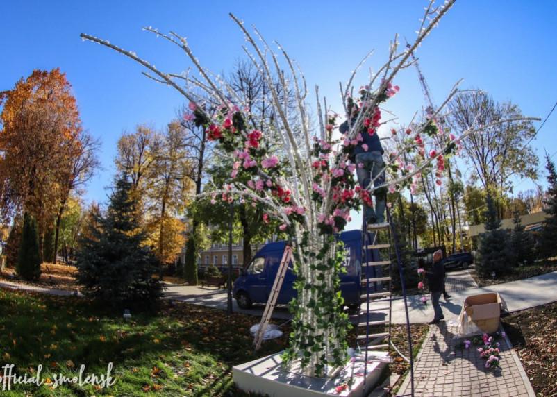 В Смоленске светодиодное дерево переодевают в летний наряд