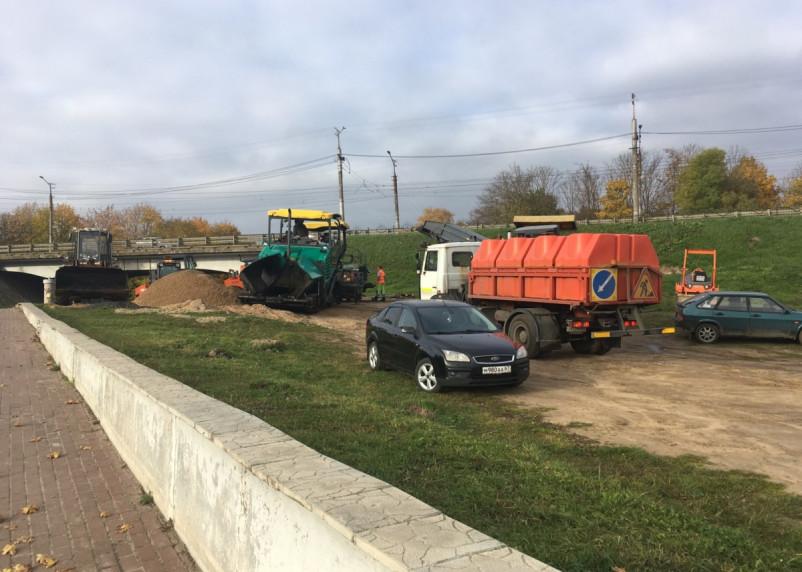 В Смоленске набережную превратили в стоянку для техники