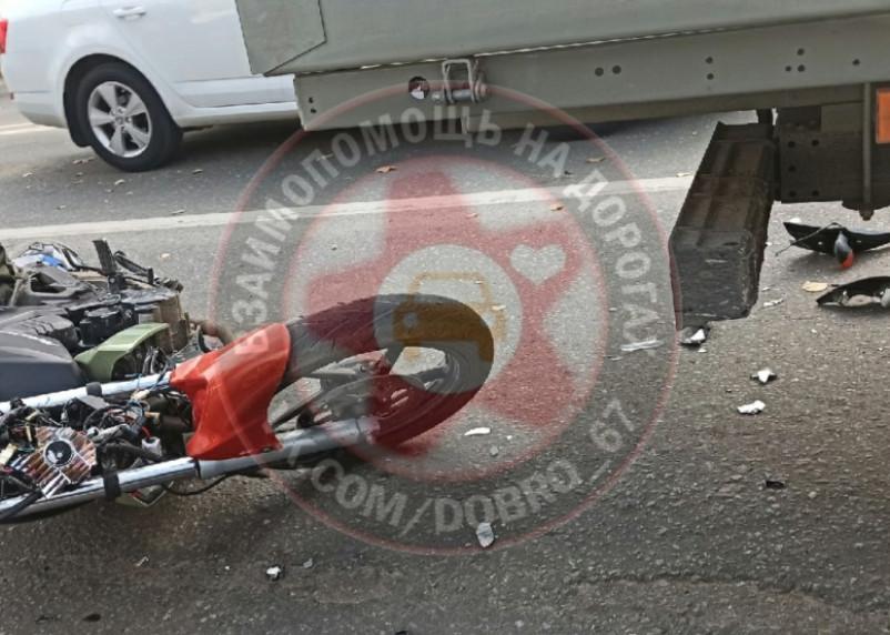 В Смоленске мотоциклист влетел под Газель
