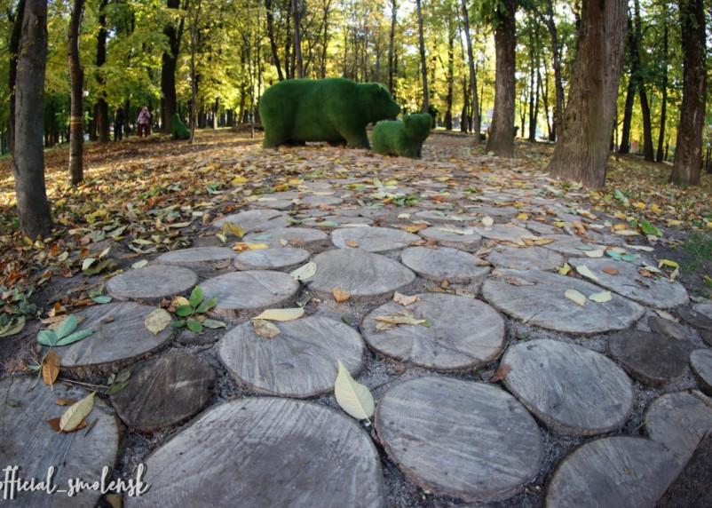 В центре Смоленска появилась лесная тропинка к топиариям