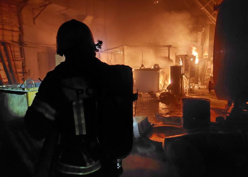 Рабочих эвакуировали. В Сафонове пожарные тушили пожар на производстве