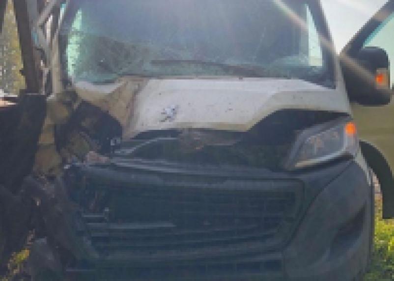В Ярцевском районе микроавтобус влетел в экскаватор