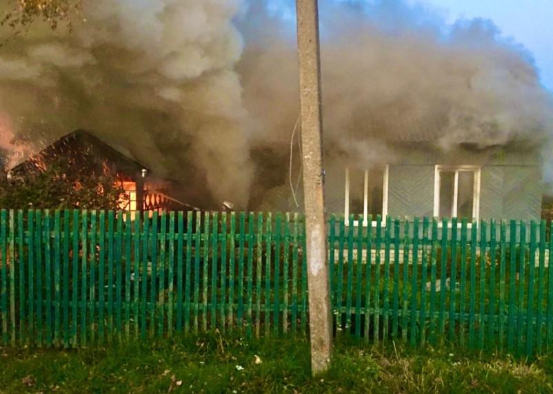 Семья успела спастись. В Рославльском районе загорелся частный дом
