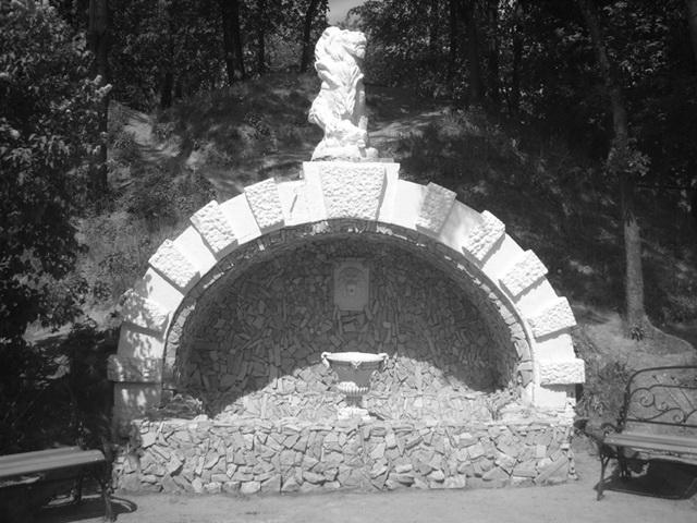 Чудовищная бесфкусица в Лопатинском саду