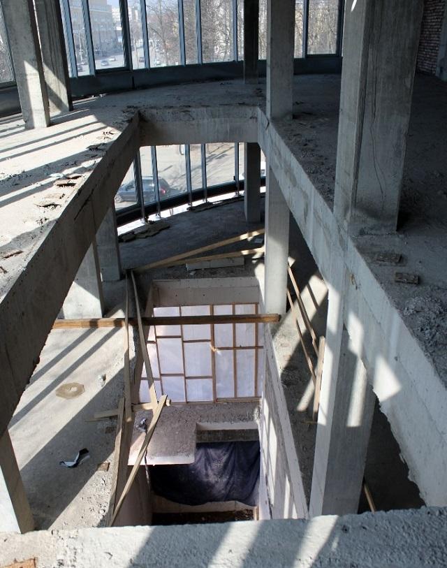 Проема для эскалатора между с 1 по 4 этажами.