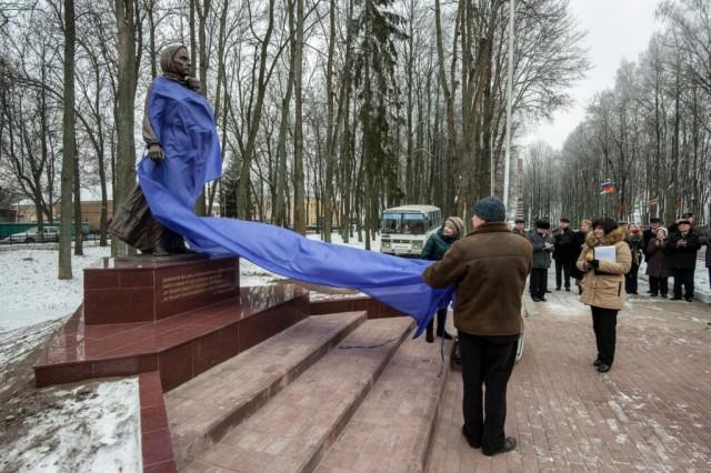 памятник матери в Ельне(фото-Федор Евграфов)