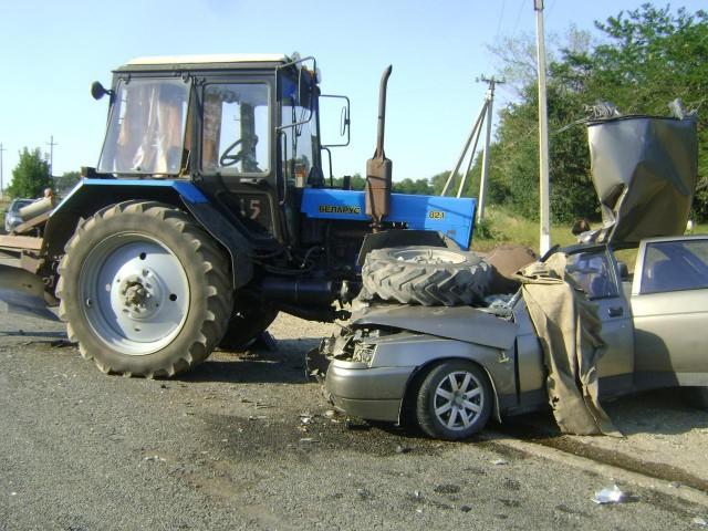 ВСафоновском районе трактор сполуприцепом въехал в легковую машину