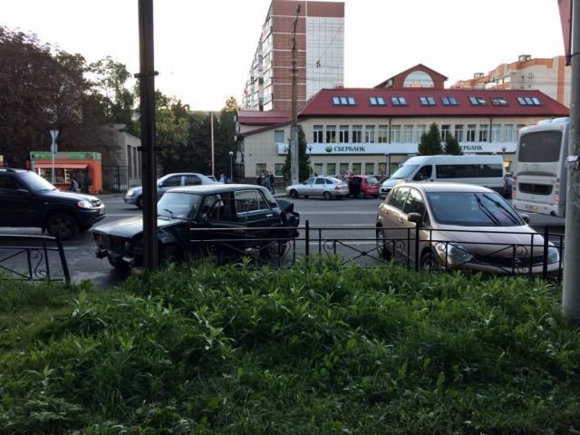 4 автомобиля столкнулись напересечении трёх улиц вСмоленске