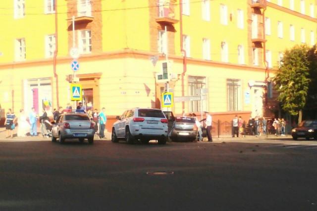 Шофёр такси протаранил Grand Cherokee наБольшой Советской вСмоленске