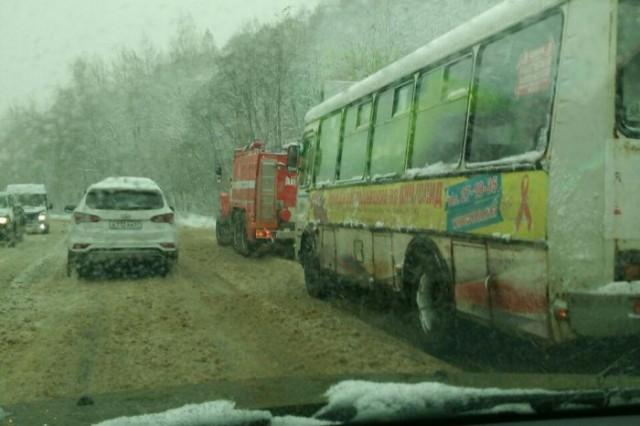 tramvai-i-pozharnye-vytaskivayut-smolenskih-avtomobilistov-iz-snezhnyh-zanosov-45124