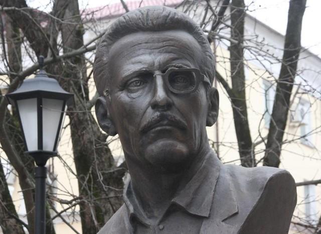 ВСмоленске вандалы украли бронзовые очки сбюста Бориса Васильева