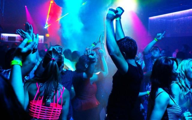 Откровенное фото девушек на дискотеке #13
