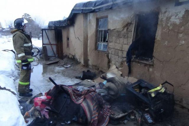 ВРославле пожарные спасли мужчину изгорящего дома