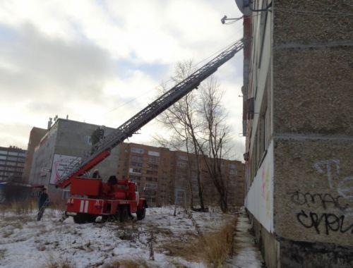 Небольшой ребенок исемеро взрослых спасены изгорящего дома вСмоленске