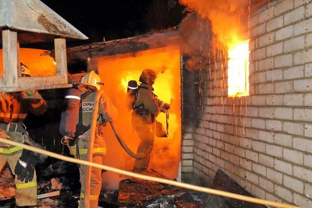 ВСмоленске наулице Розы Люксембург гасят интенсивный пожар