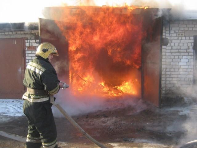 ВРославле огнеборцы отстояли упламени гараж и дом