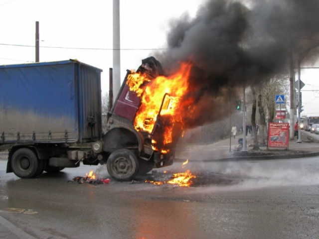 Обед неудался. При возгорании фургона вСызрани пострадал шофёр
