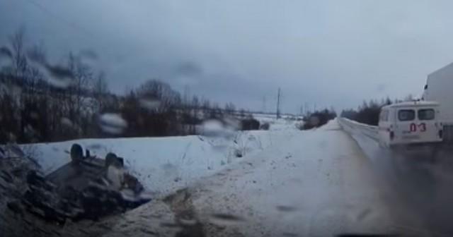 ВСмоленской области скорая помощь проехала мимо перевернувшейся машины