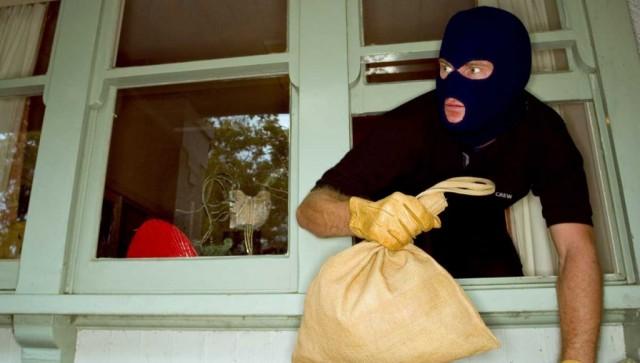 Ужительницы Смоленска «форточник» похитил  деньги ителефон