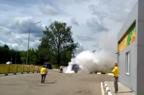 ЧПнаавтозаправке вРославле: «УАЗ» «Почты России» зажегся