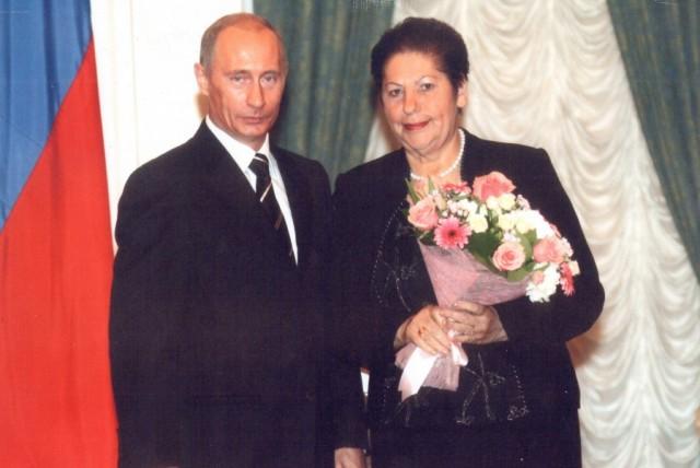 Президент России Владимир Путин и председатель СПК им.Урицкого Валентина Комарова