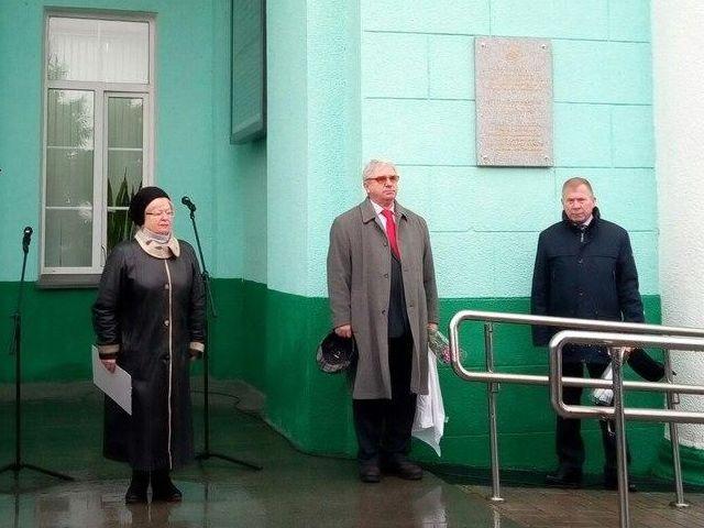 ВСмоленске навокзале установили памятную доску бывшему губернатору