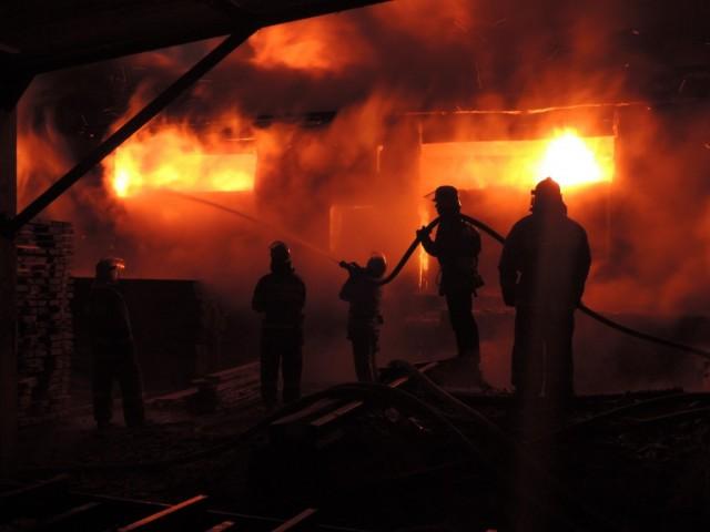 ВСмоленской области сгорел цех мебельных материалов исклад