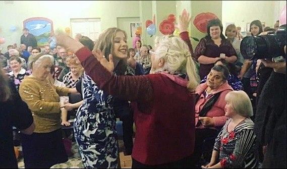 Родион Газманов иЛиза Арзамасова устроили концерт для смоленских пожилых людей