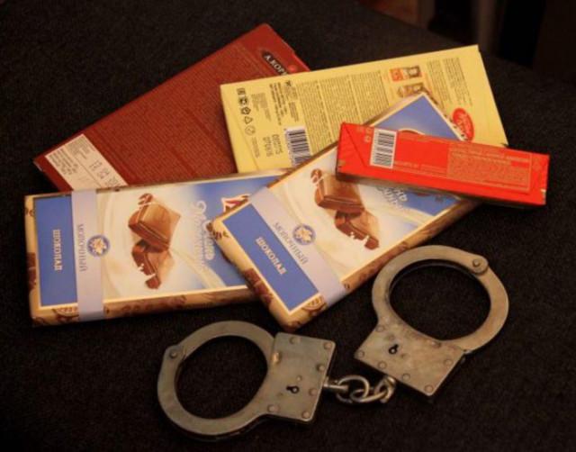Вор-сластёна похитил несколько упаковок шоколада всмоленском магазине