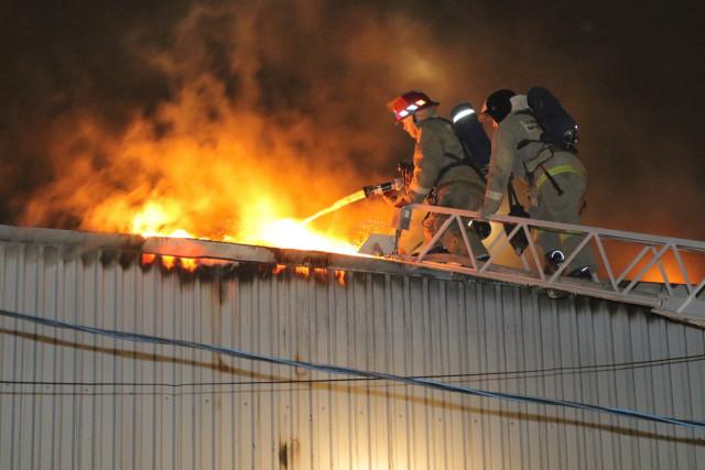 ВСмоленске 30 спасателей гасят пожар