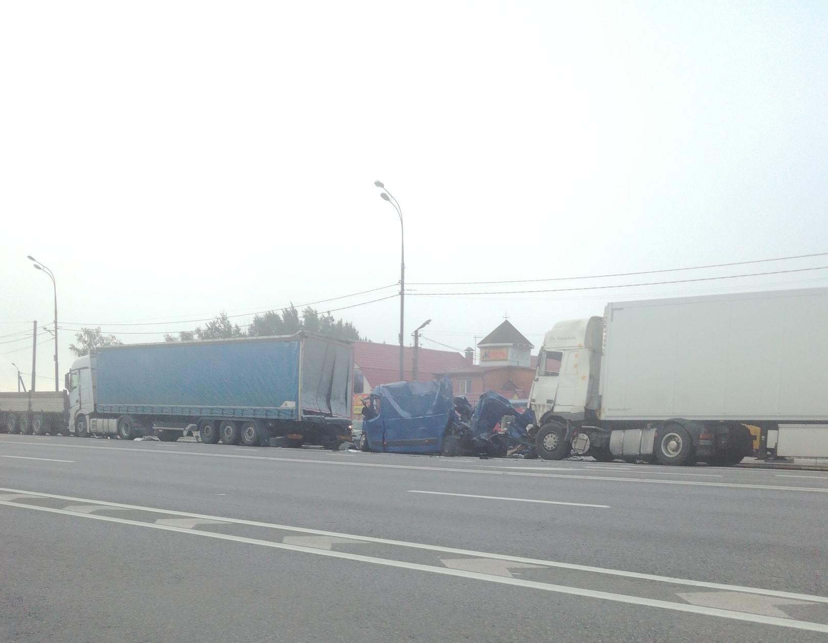 Три фуры имикроавтобус столкнулись вСмоленской области: есть погибший