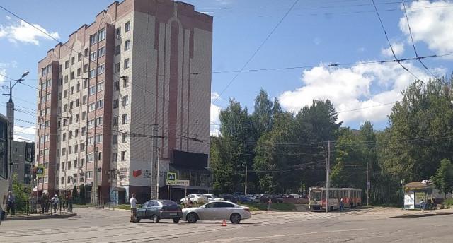 Трамваи стоят. В Промышленном районе Смоленска произошло ДТП