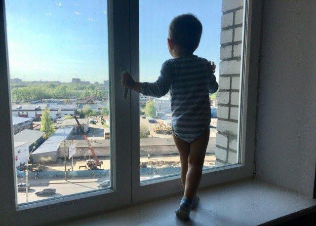 В России необходим закон по профилактике выпадения детей из окон
