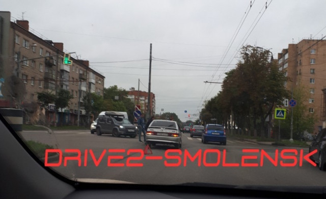 Бампер нехило вмят. Из-за аварии на улице Кирова собралась пробка