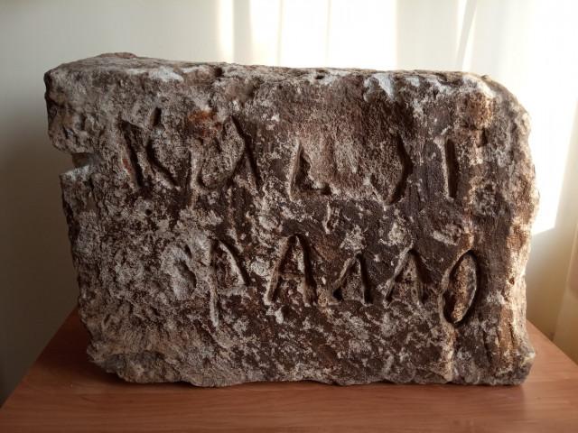 Найденный в Смоленске таинственный камень вернут на свое историческое место
