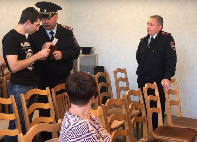В Смоленской области выгонять журналиста с заседания горсовета вызвали полицию
