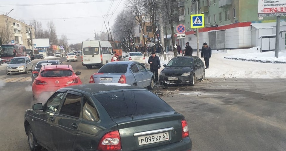 Скорая на месте. Жесткая авария на Шевченко в Смоленске собирает масштабную пробку