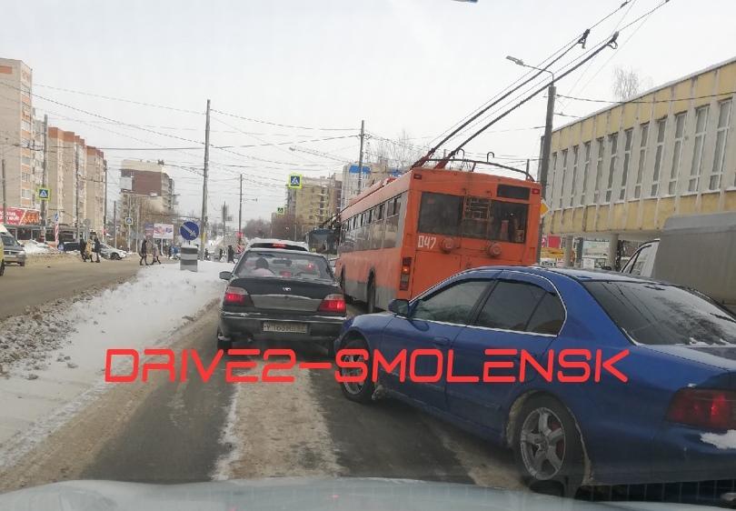 В Смоленске авария с троллейбусом спровоцировала пробку