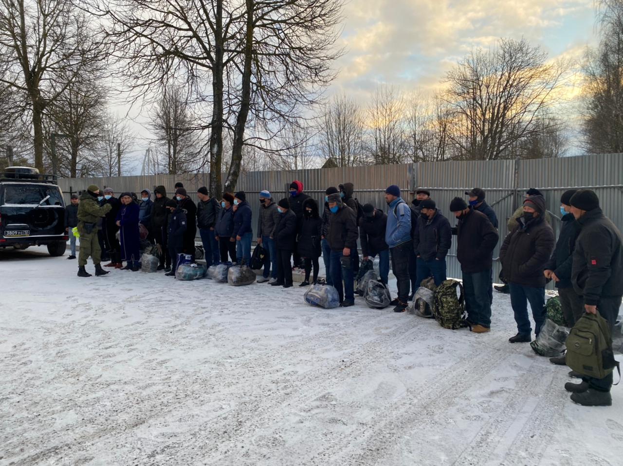 Смоленские пограничники обнаружили на заброшенной ферме 30 нелегалов
