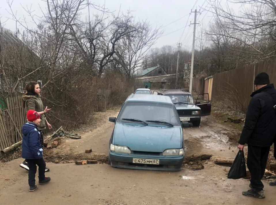 В Смоленске провалился ВАЗ и спровоцировал пробку