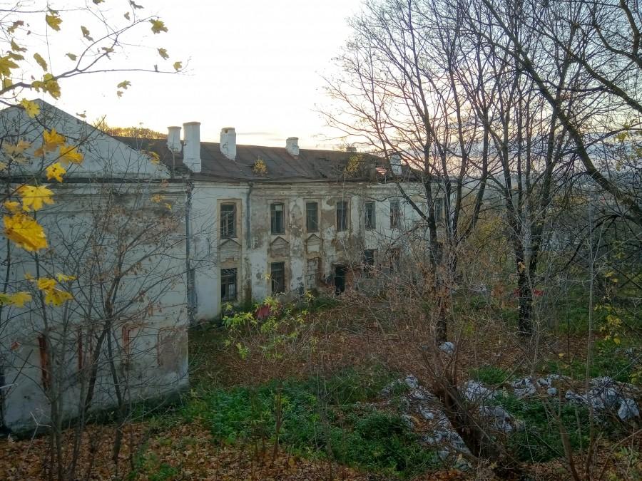 С гостиных палат в Смоленске съехал фальшфасад. Реставрацию здания планируют начать в следующем году