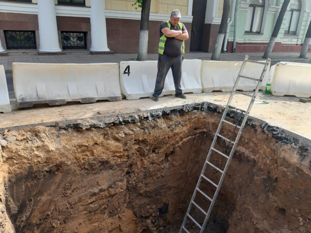 В центре Смоленска начались раскопки на месте свежеуложенного асфальта