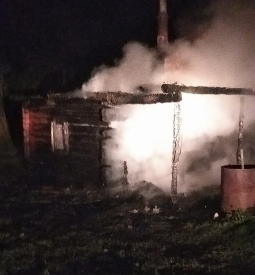 Отбили дома, но сгорела баня. Ночью в Рославльском районе тушили пожар