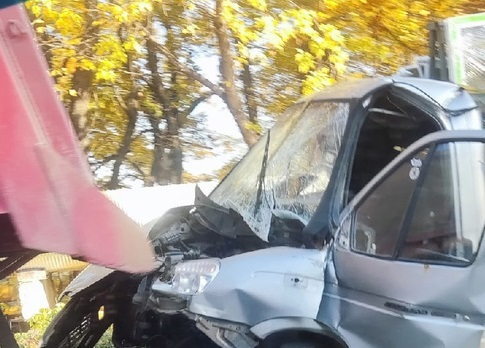 Водитель ГАЗ доставлен в больницу. В Смоленске произошла жесткая авария с большегрузами